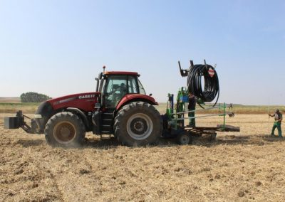 Tractor inyectando tubería de polietileno Hidronosa